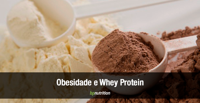 Pó de whey protein dentro de scoops